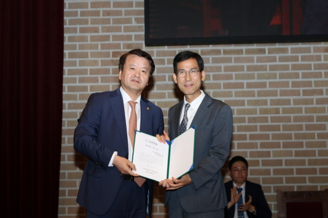 크기변환_최영식병원장(왼쪽)과 신원하대학원장(오른쪽.jpg